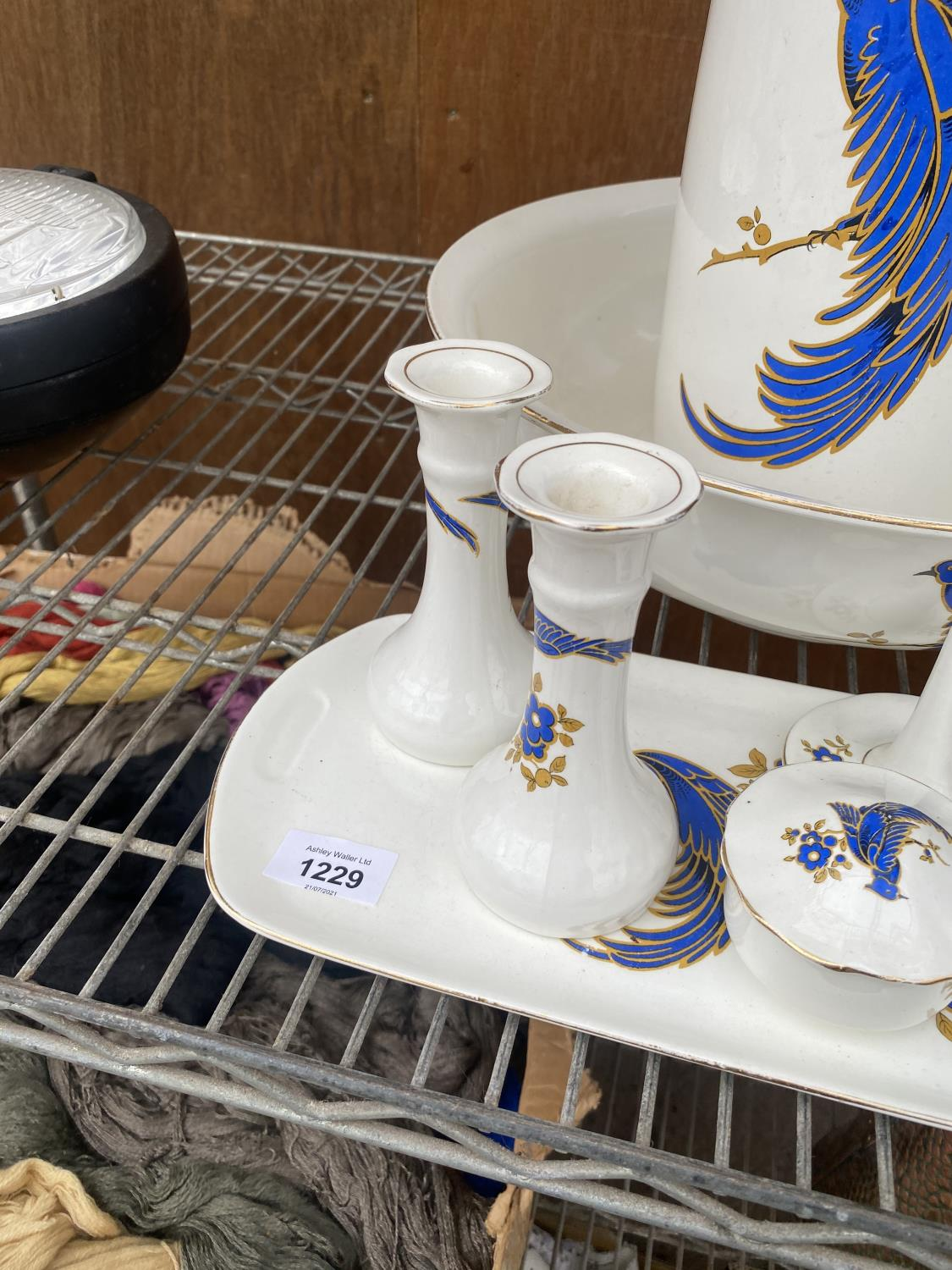 A LARGE WASH JUG AND BOWL AND A FURTHER DRESSING TABLE SET WITH BIRD DESIGN - Image 3 of 5