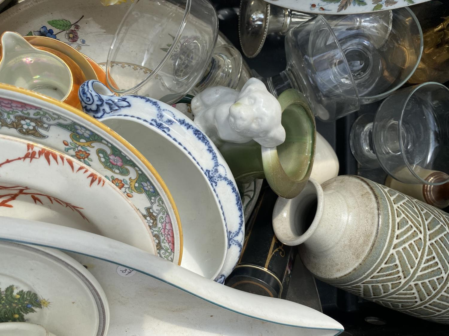 AN ASSORTMENT OF HOUSEHOLD CLEARANCE ITEMS TO INCLUDE CERAMICS AND GLASS WARE ETC - Image 3 of 6