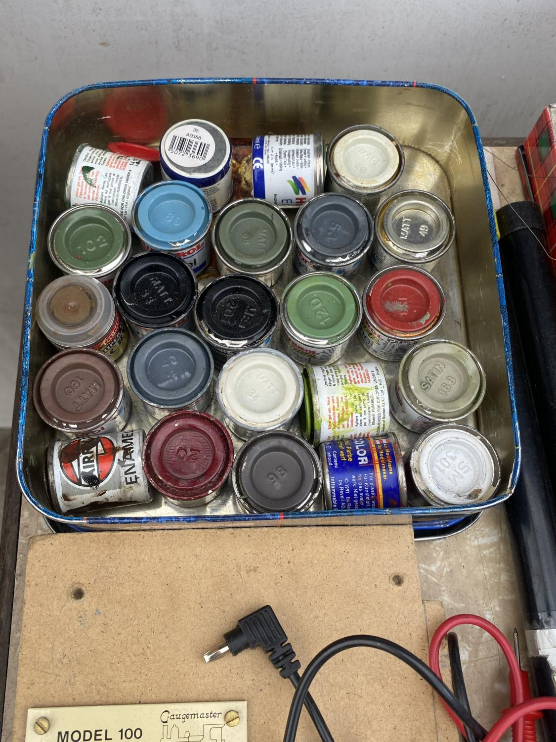 AN ASSORTMENT OF ARTS AND CRAFTS EQUIPMENT TO INCLUDE SOLDERING IRONS, A CLAMP AND MODEL PAINT AND - Image 3 of 6
