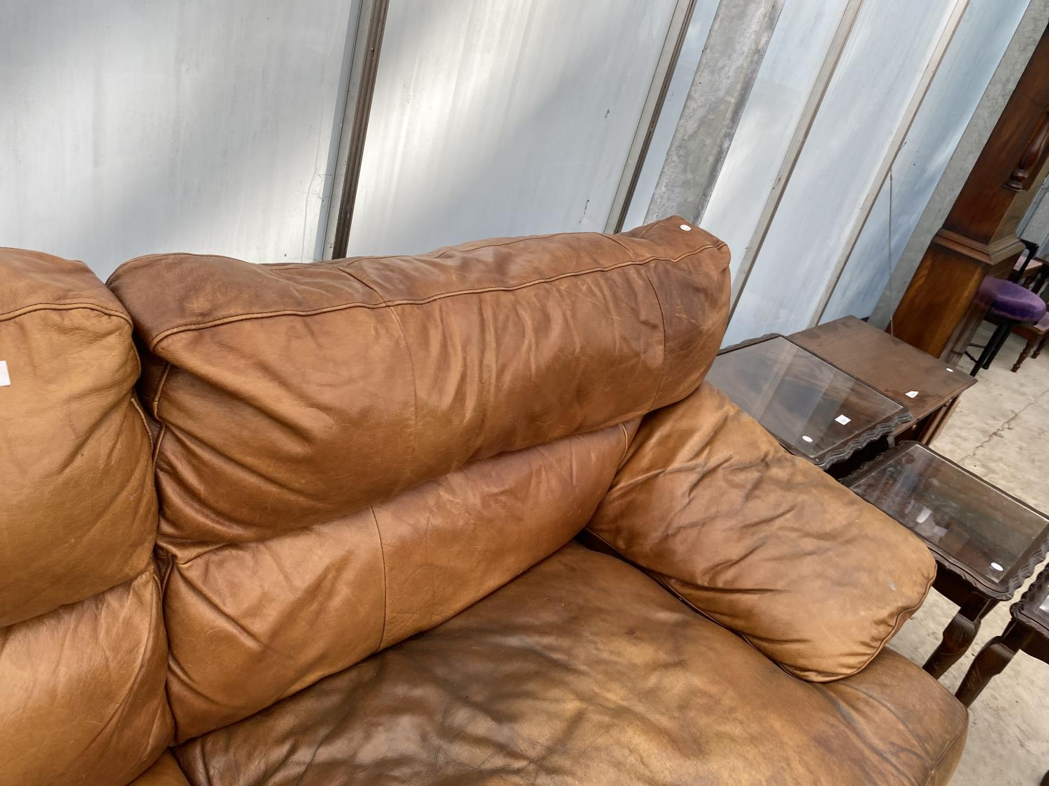 A MODERN LEATHER THREE SEATER SETTEE - Image 3 of 5