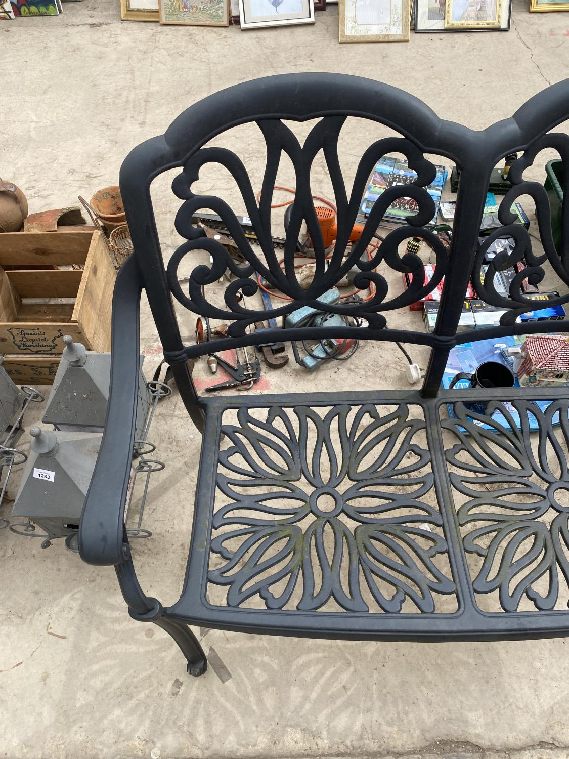 A DECORATIVE CAST METAL GARDEN BENCH - Image 4 of 4
