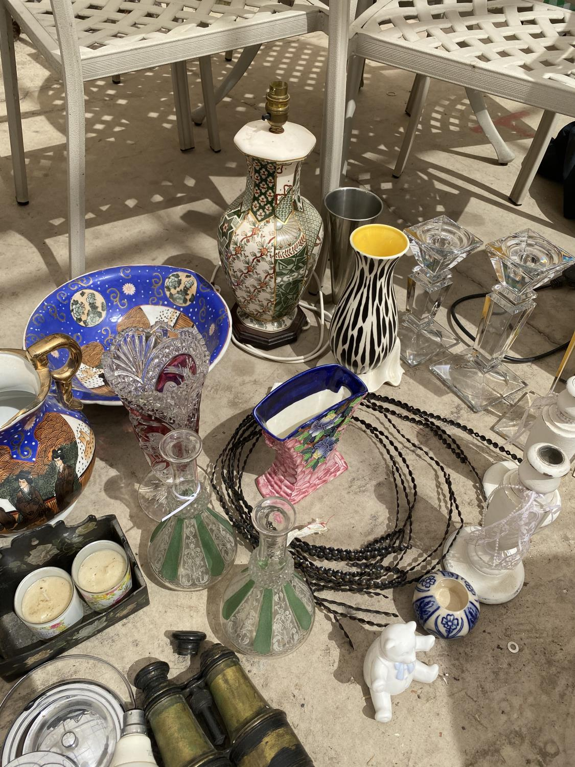 A LARGE ASSORTMENT OF ITEMS TO INCLUDE ORIENTAL STYLE JUG AND WASH BOWL, CERAMIC LAMP AND GLASS - Image 4 of 5