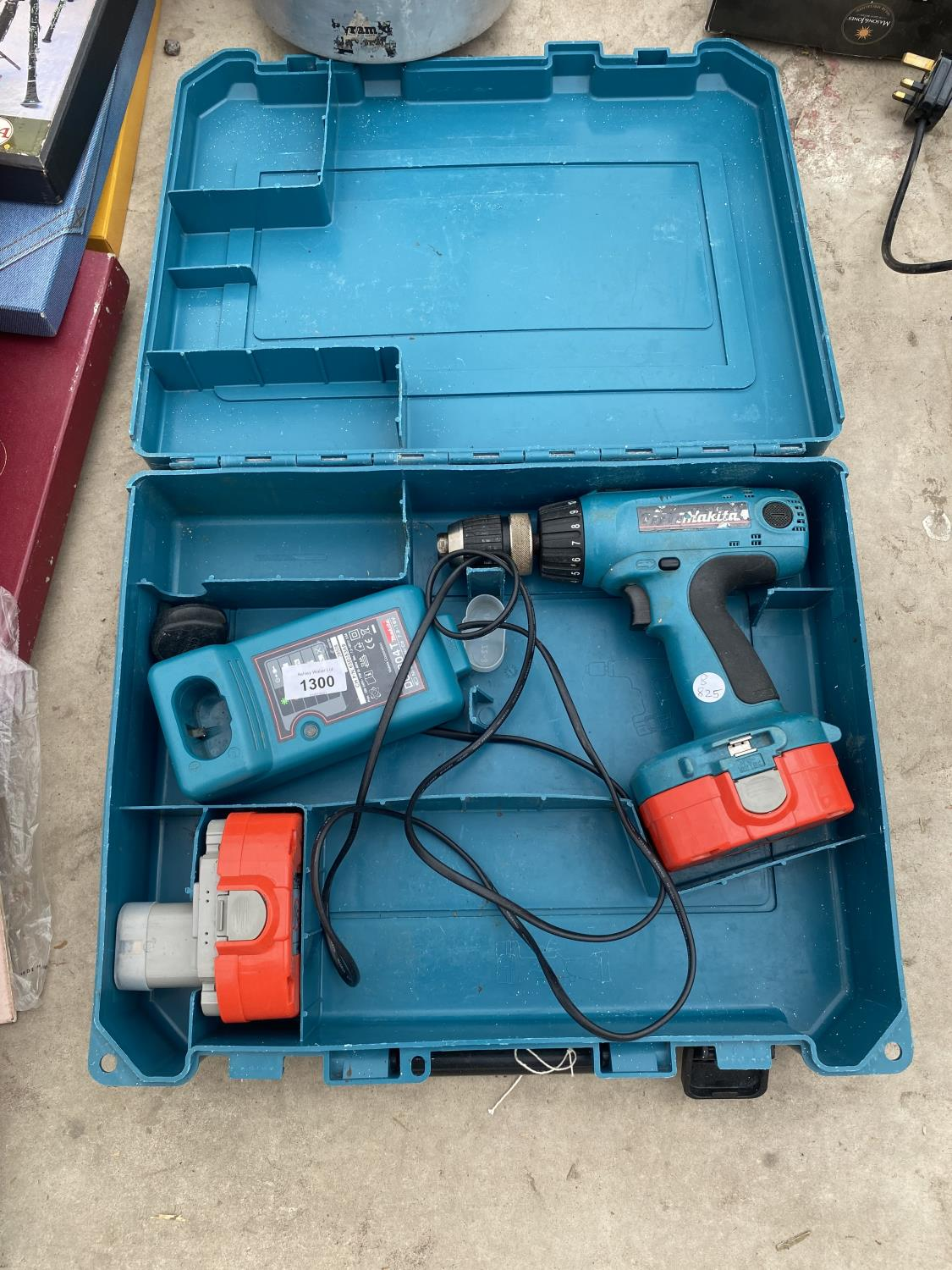A MAKITA BATTERY DRILL WITH SPARE BATTERY AND CHARGER
