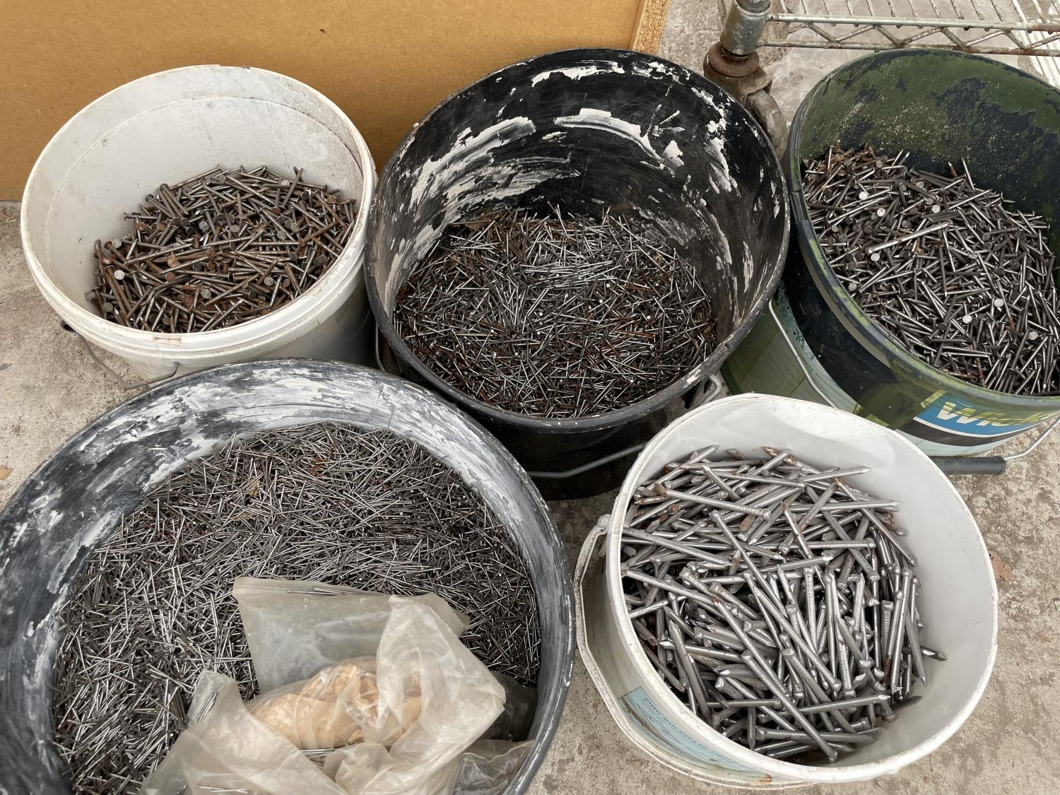 A LARGE QUANTITY OF GALVANISED NAILS - Image 3 of 4