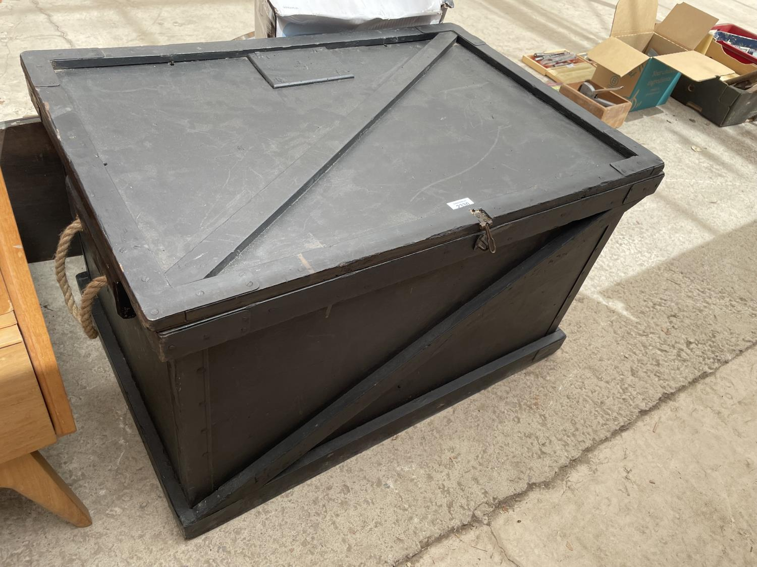 A BLACK STAINED BLANKET CHEST WITH ROPE CARRYING HANDLES, 32' WIDE
