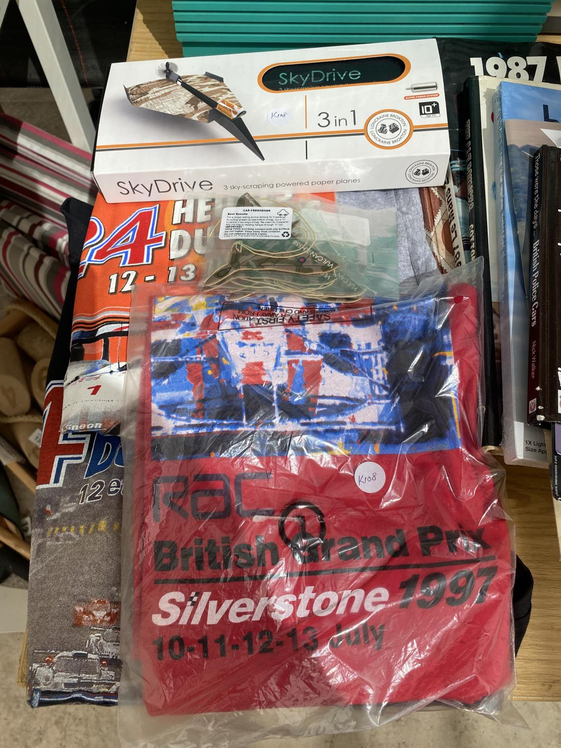 AN ASSORTMENT OF ITEMS TO INCLUDE CAR BOOKS, T SHIRTS AND A PAPER PLANE SET ETC - Image 2 of 4
