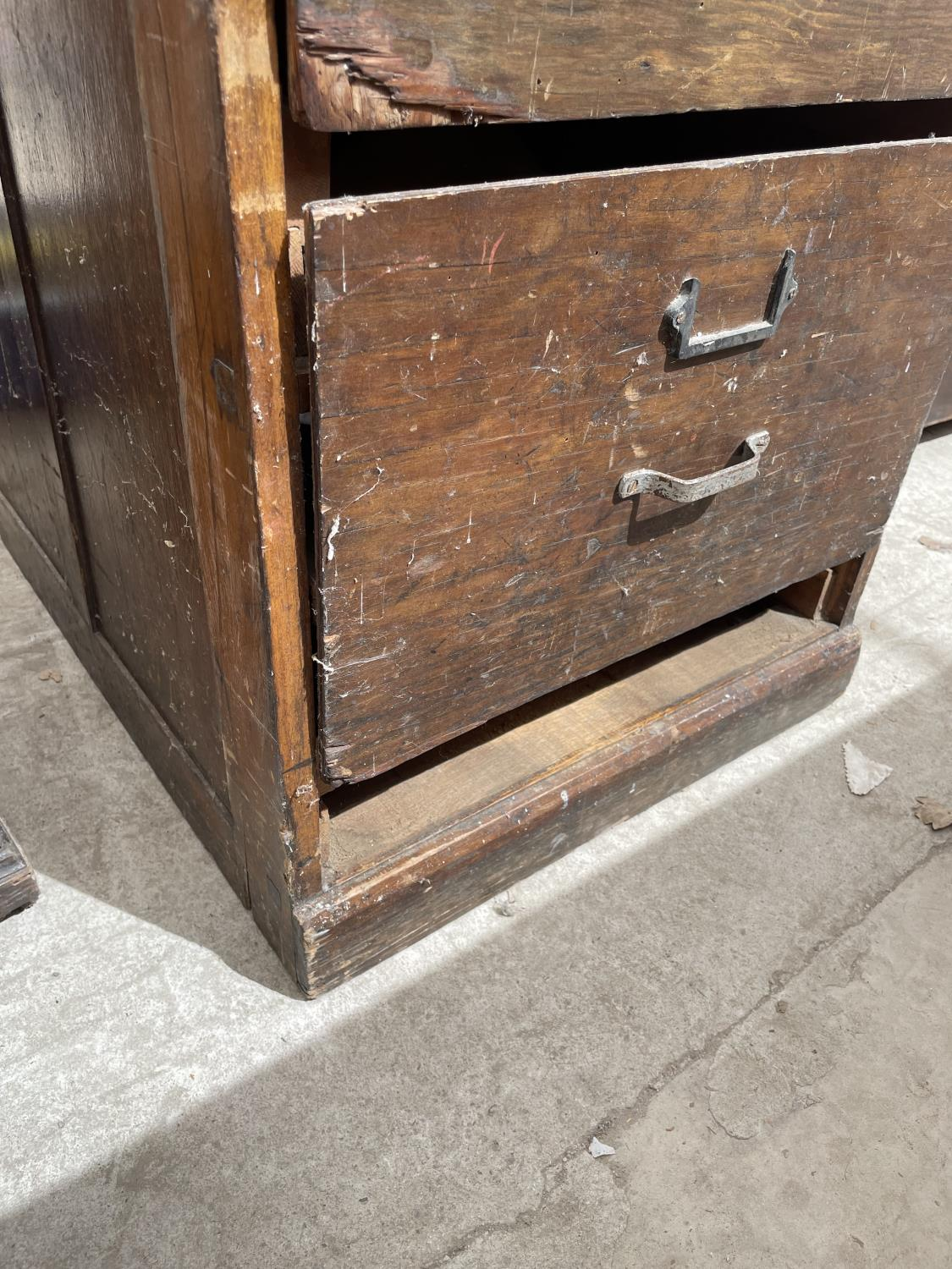 A MID CENTURY OAK FOUR DRAWER FILING CABINET - Image 4 of 5