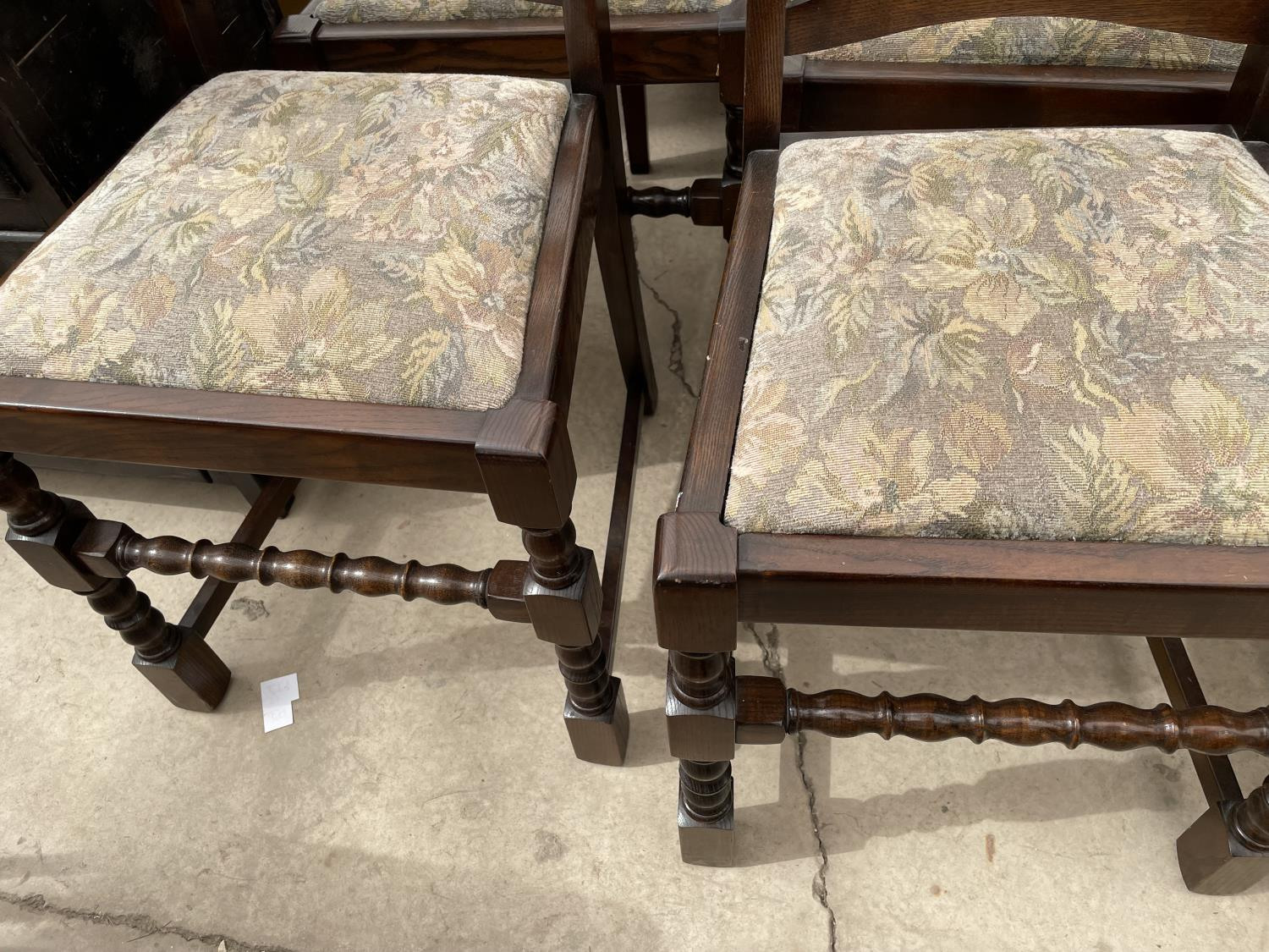 A SET OF SIX OAK REPRODUCTION LADDERBACK DINING CHAIRS ON TURNED LEGS - Image 3 of 6