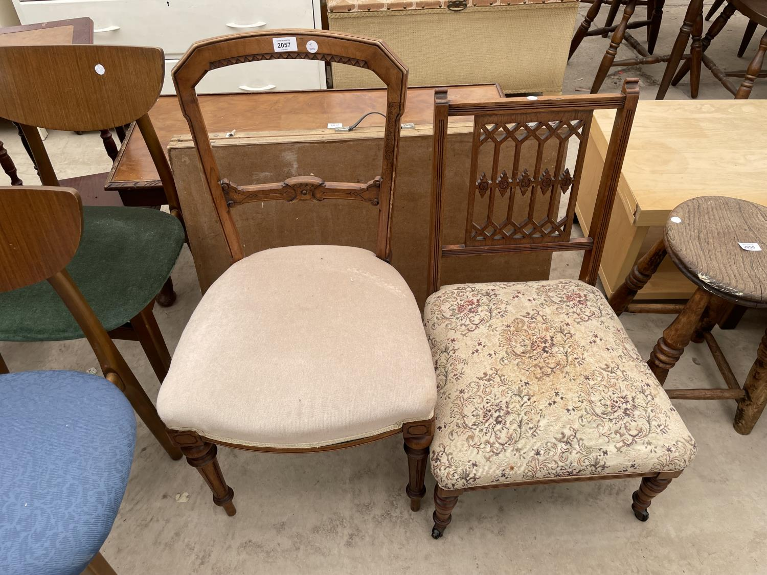 A SET OF FIVE MID 20TH CENTURY STYLE DINING CHAIRS WITH WHALE FIN BACKS - Image 7 of 10