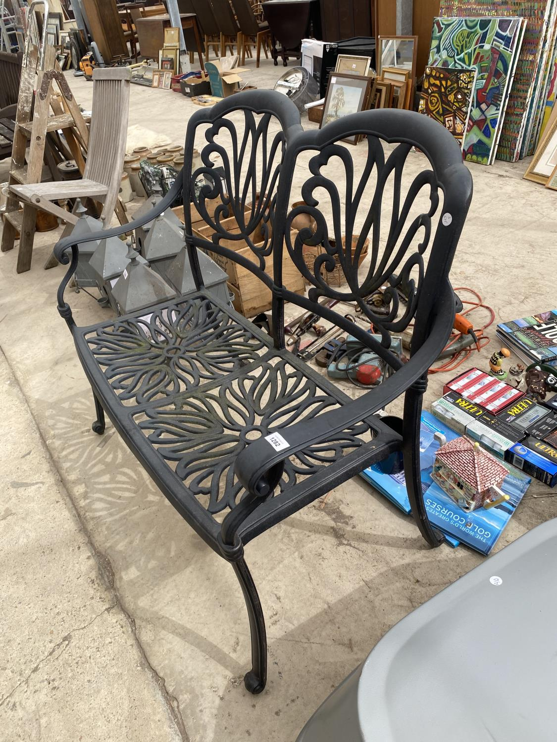 A DECORATIVE CAST METAL GARDEN BENCH - Image 2 of 4