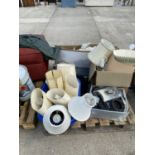 AN ASSORTMENT OF HOUSEHOLD CLEARANCE ITEMS TO INCLUDE ELECTRONICS AND LAMPS ETC