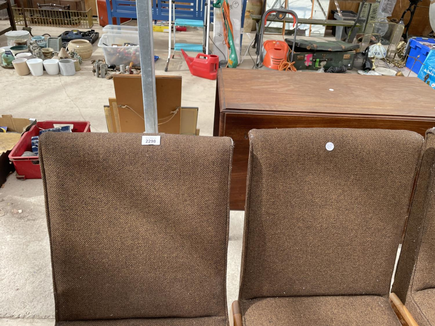 A SET OF SIX RETRO DINING CHAIRS WITH UPHOLSTERED BACKS AND SEATS - Image 2 of 8