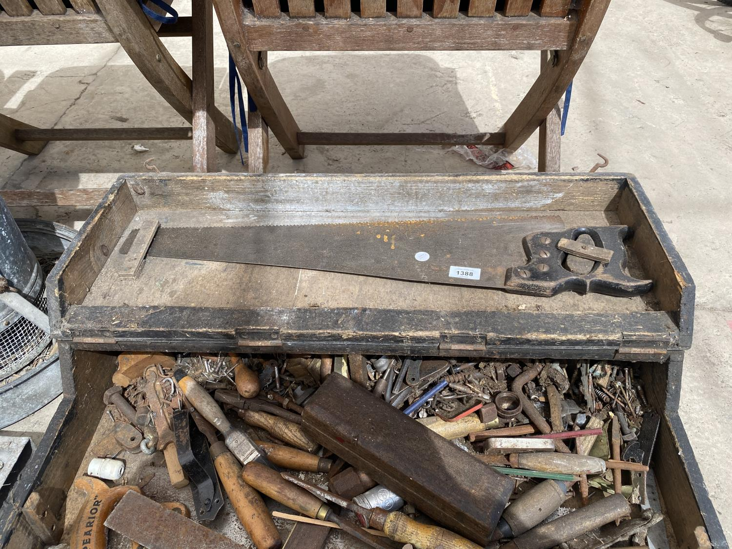 A VINTAGE JOINERS CHEST WITH AN ASSORTMENT OF TOOLS - Image 4 of 4