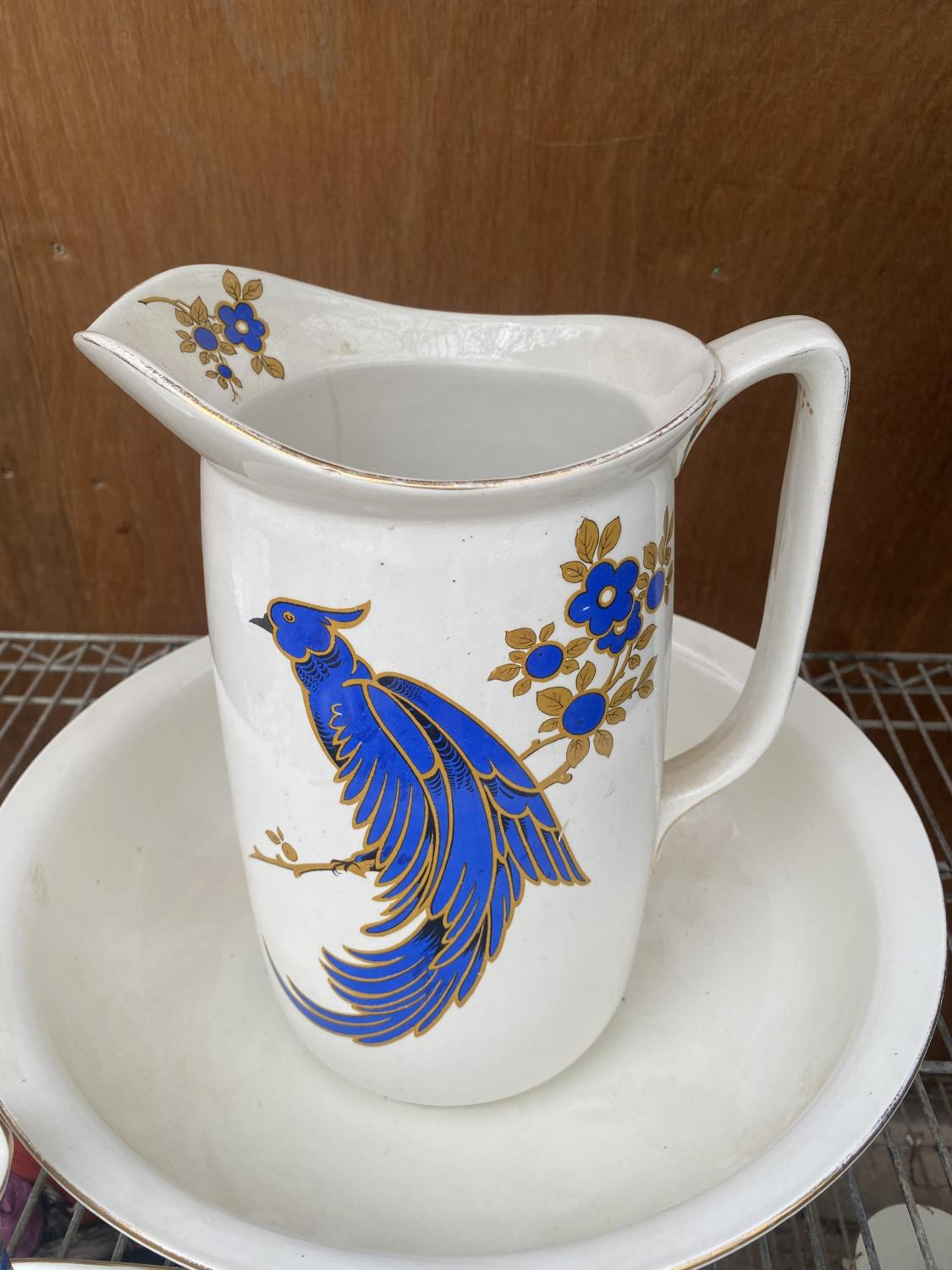 A LARGE WASH JUG AND BOWL AND A FURTHER DRESSING TABLE SET WITH BIRD DESIGN - Image 4 of 5