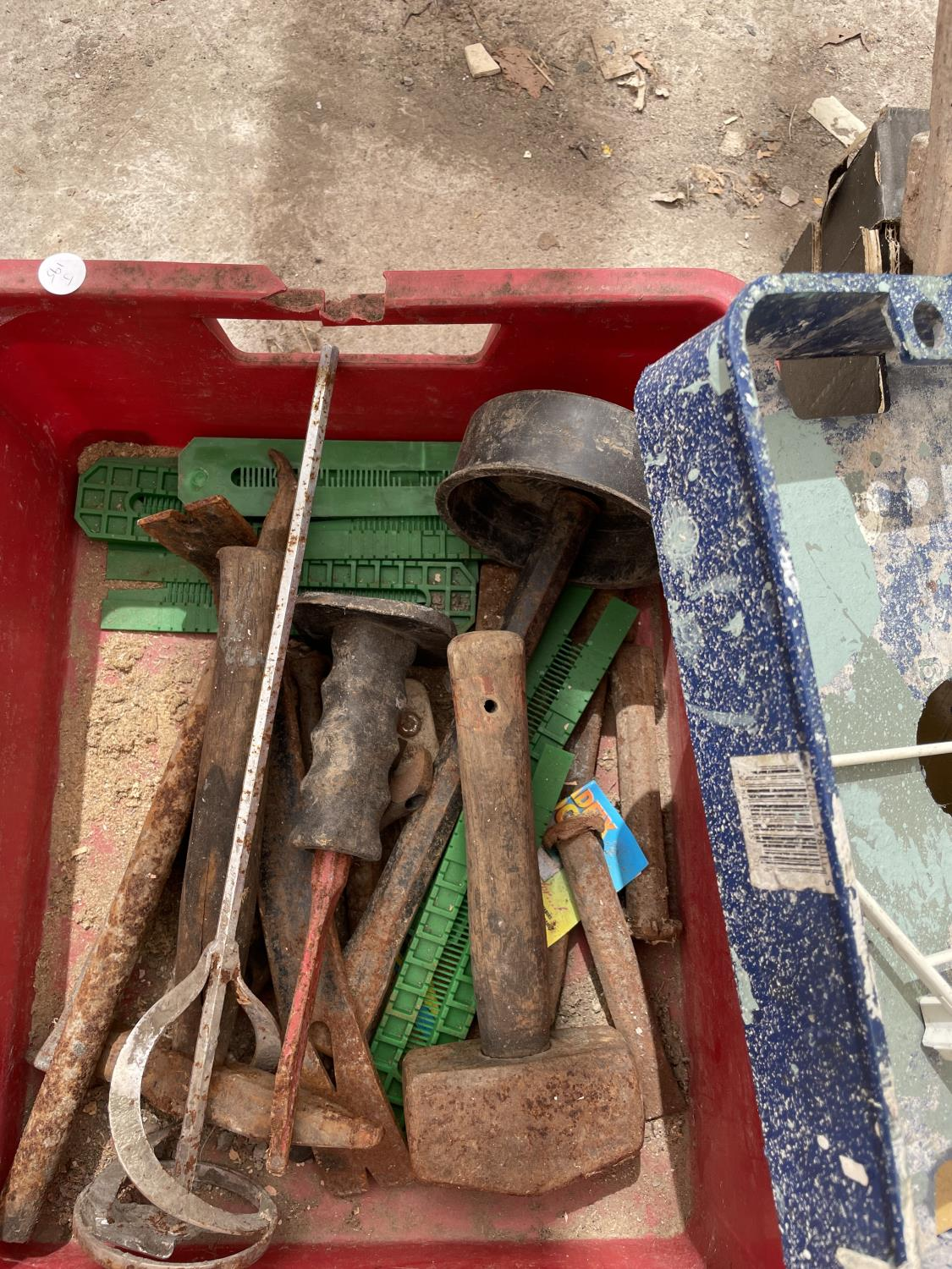 AN ASSORTMENT OF TOOLS TO INCLUDE TROWELS, SHOVELS AND CHISELS ETC - Image 6 of 6