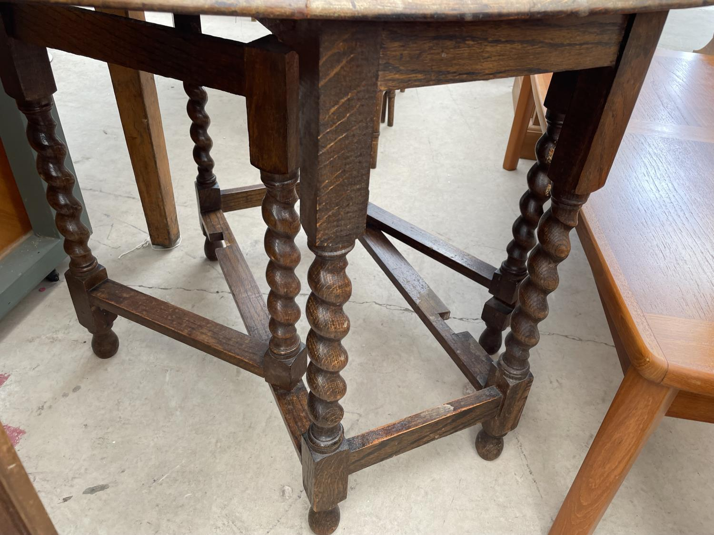 AN EARLY 20TH CENTURY OAK GATELEG TABLE ON BARLEYTWIST LEGS - Image 3 of 4