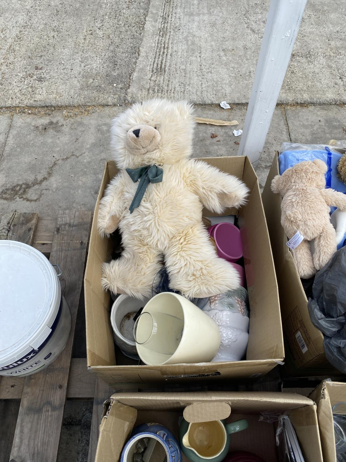 AN ASSORTMENT OF HOUSEHOLD CLEARANCE ITEMS TO INCLUDE CERAMICS, GLASS WARE AND TEDDIES ETC - Image 8 of 8