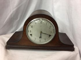 A WOODEN MANTEL CLOCK. H. 23CM