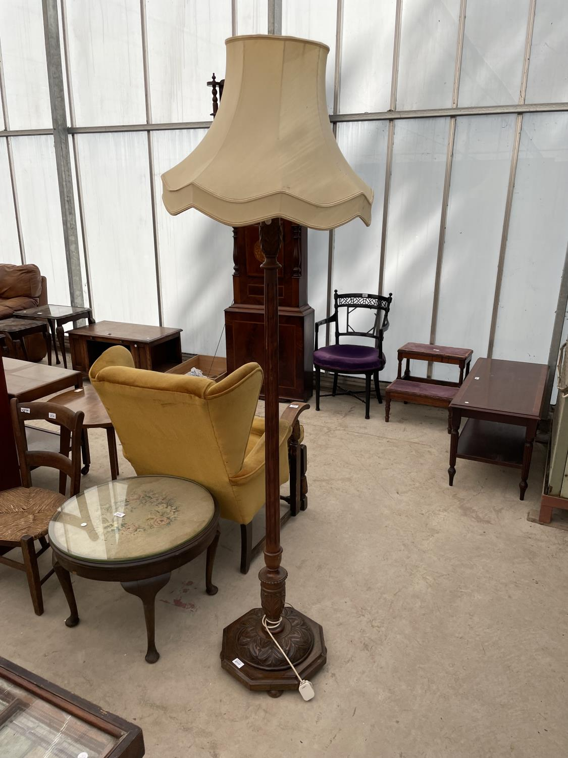 AN EARLY 20TH CENTURY STANDARD LAMP COMPLETE WITH SHADE, ON TURNED TAPERED COLUMN WITH PINEAPPLE