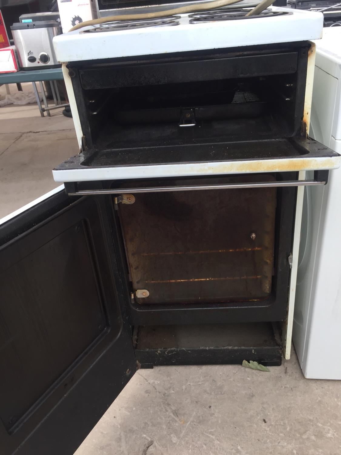A WHITE FREESTANDING BELLING OVEN AND HOB - Image 3 of 3