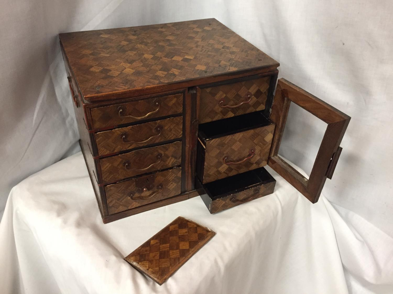 A MINATURE PARQUE WOODEN CHEST WITH DRAWERS 32CM X 26CM - Image 3 of 6