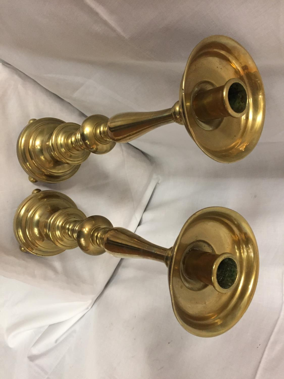 A PAIR OF TALL BRASS CANDLESTICKS HEIGHT 56CM - Image 3 of 3