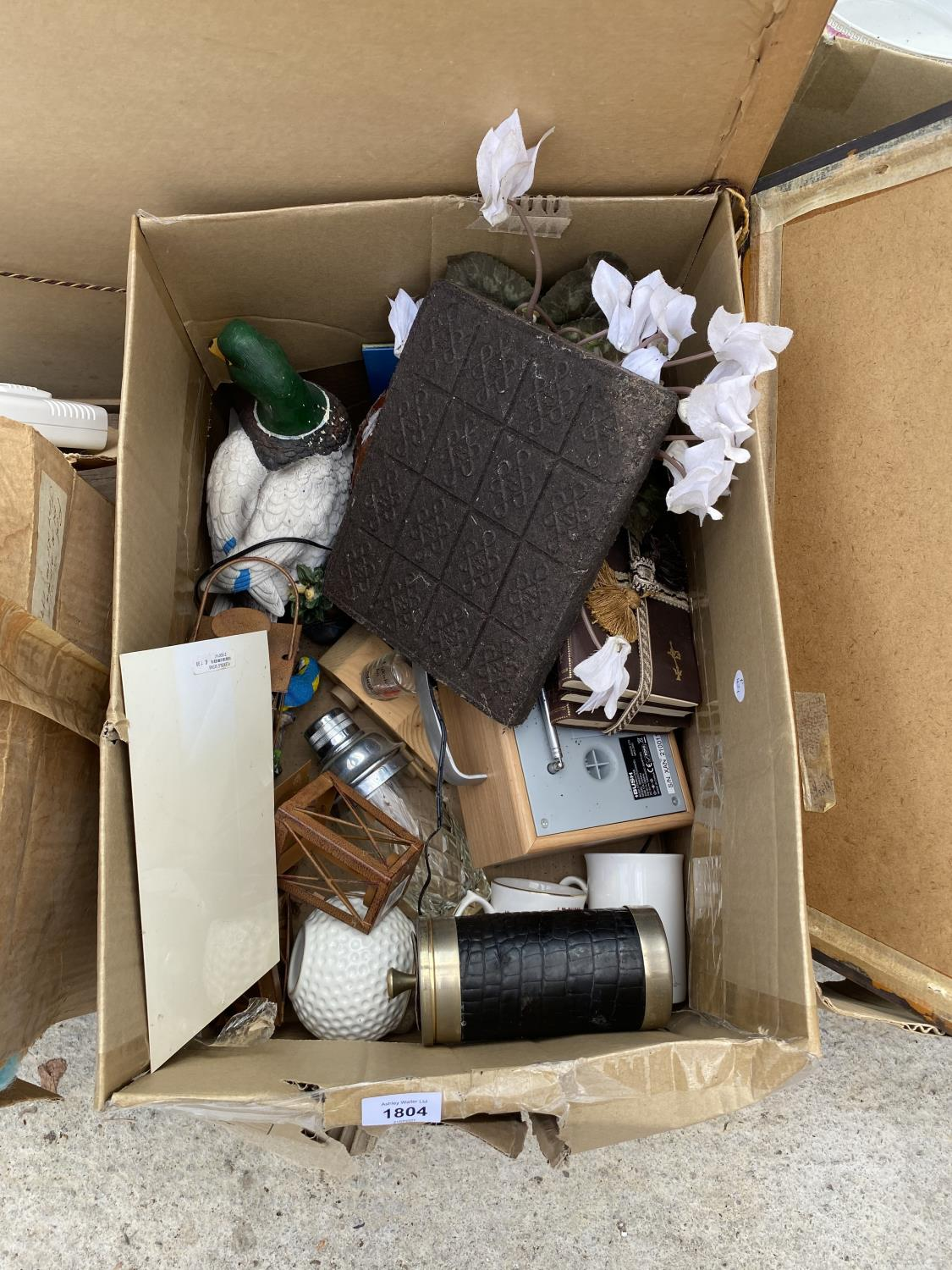 AN ASSORTMENT OF HOUSEHOLD CLEARANCE ITEMS TO INCLUDE LAMPS, A RADIO AND CERAMIC WARE ETC - Image 4 of 8