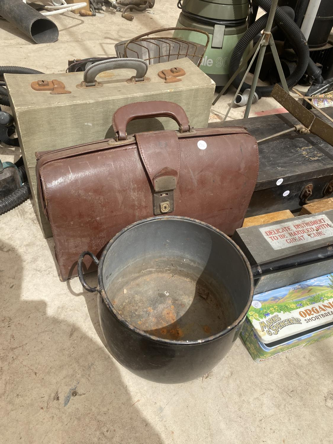 AN ASSORTMENT OF ITEMS TO INCLUDE A LARGE PAN, TRAVEL CASES AND TREEN CHESTS ETC - Image 2 of 5