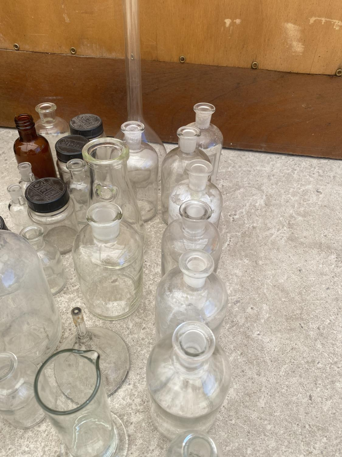AN ASSORTMENT OF GLASS LAB BOTTLES AND JARS - Image 4 of 5