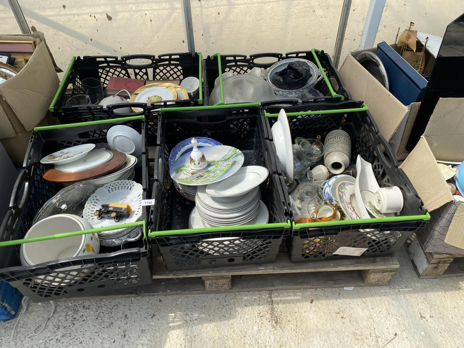 AN ASSORTMENT OF HOUSEHOLD CLEARANCE ITEMS TO INCLUDE CERAMICS AND GLASS WARE ETC - Image 2 of 6
