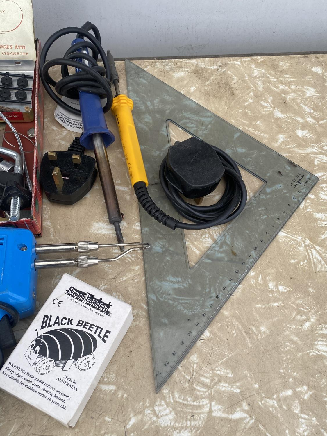 AN ASSORTMENT OF ARTS AND CRAFTS EQUIPMENT TO INCLUDE SOLDERING IRONS, A CLAMP AND MODEL PAINT AND - Image 5 of 6