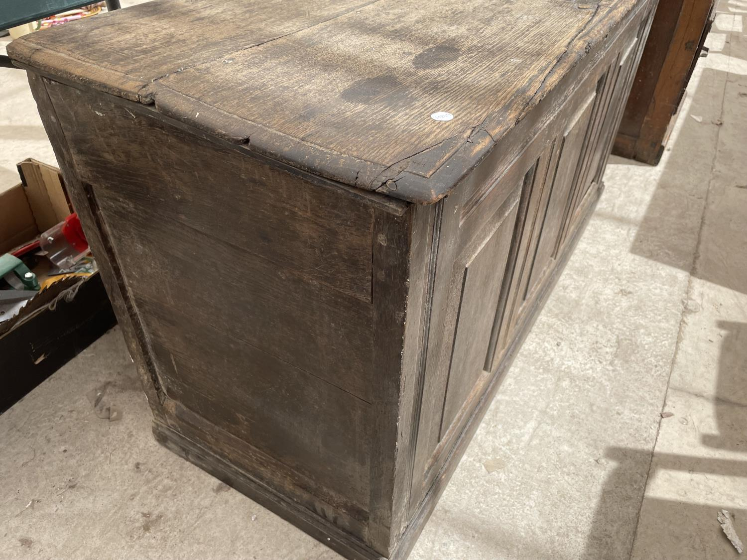A GEORGE III OAK BLANKET CHEST (REQUIRES HINGES RE-AFFIXING) - Image 3 of 6