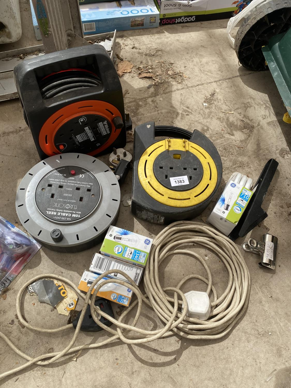 AN ASSORTMENT OF EXTENSION LEADS AND LIGHT BULBS ETC - Image 3 of 3