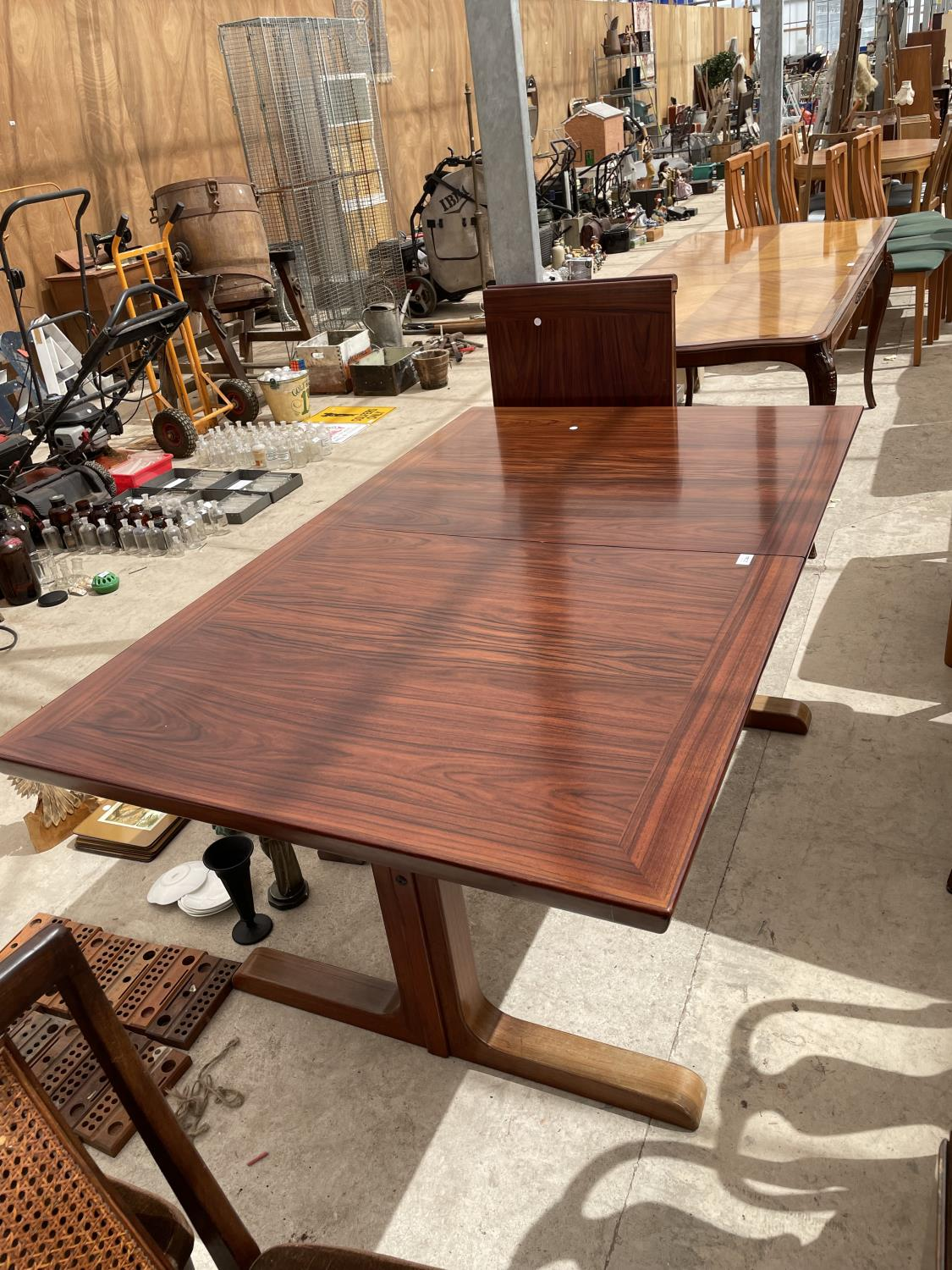 A RETRO EXTENDING HARDWOOD DINING TABLE WITH TWO EXTRA LEAVES