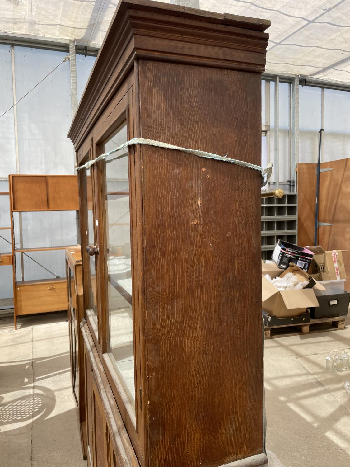 AN OAK BOOKCASE CABINET WITH TWO UPPER GLAZED DOORS AND THREE LOWER DOORS - Image 5 of 5