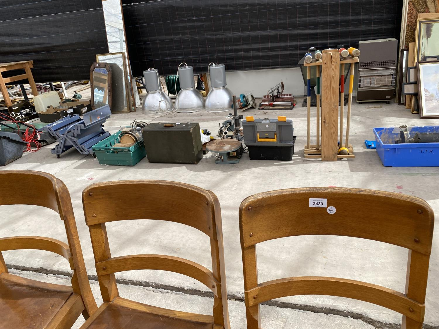 A SET OF MID 20TH CENTURY OAK DINING CHAIRS - Image 2 of 5
