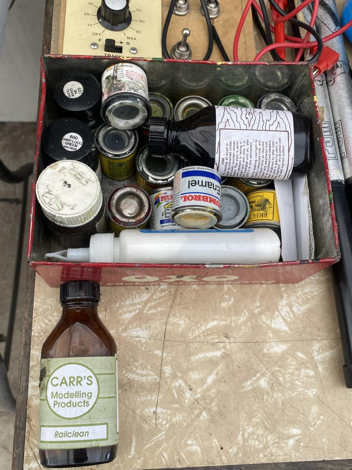 AN ASSORTMENT OF ARTS AND CRAFTS EQUIPMENT TO INCLUDE SOLDERING IRONS, A CLAMP AND MODEL PAINT AND - Image 2 of 6