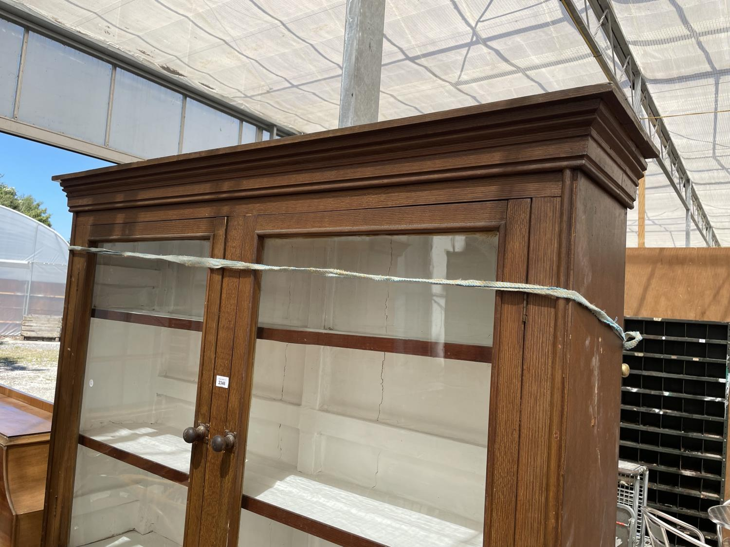 AN OAK BOOKCASE CABINET WITH TWO UPPER GLAZED DOORS AND THREE LOWER DOORS - Image 2 of 5