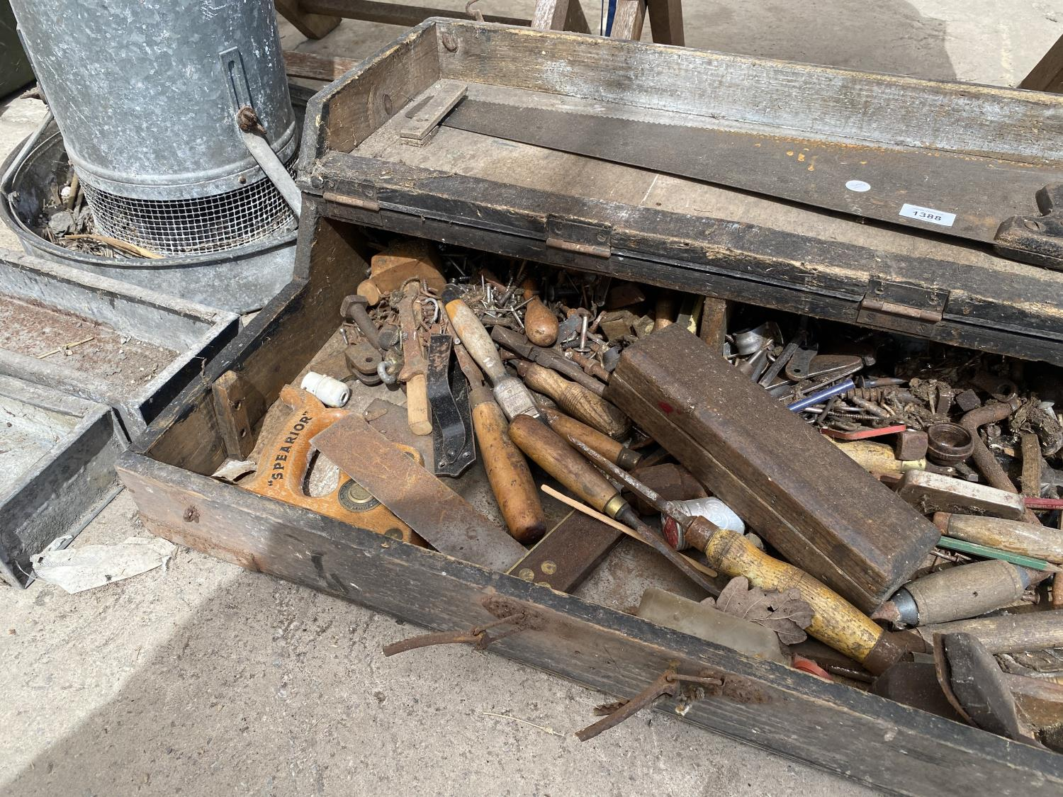 A VINTAGE JOINERS CHEST WITH AN ASSORTMENT OF TOOLS - Image 3 of 4