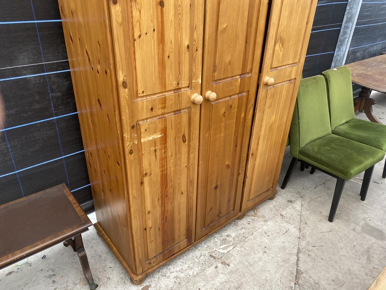 A MODERN PINE THREE DOOR WARDROBE - Image 2 of 5