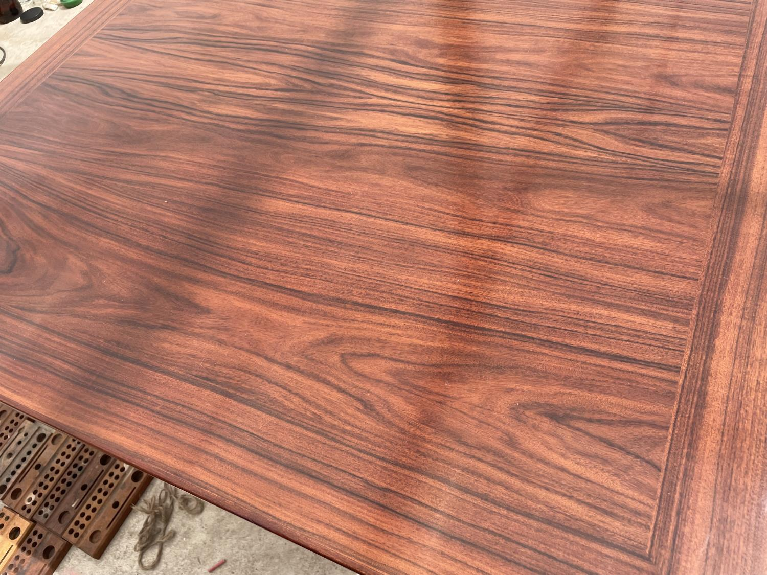 A RETRO EXTENDING HARDWOOD DINING TABLE WITH TWO EXTRA LEAVES - Image 2 of 6