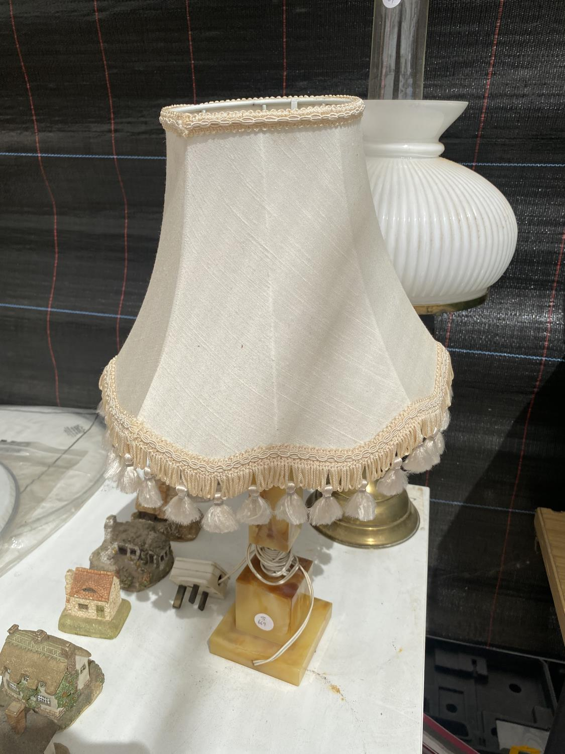 AN ASSORTMENT OF TABLE LAMPS TO INCLUDE A TIFFANY STYLE LAMP AND AN OIL LAMP ETC - Image 3 of 4