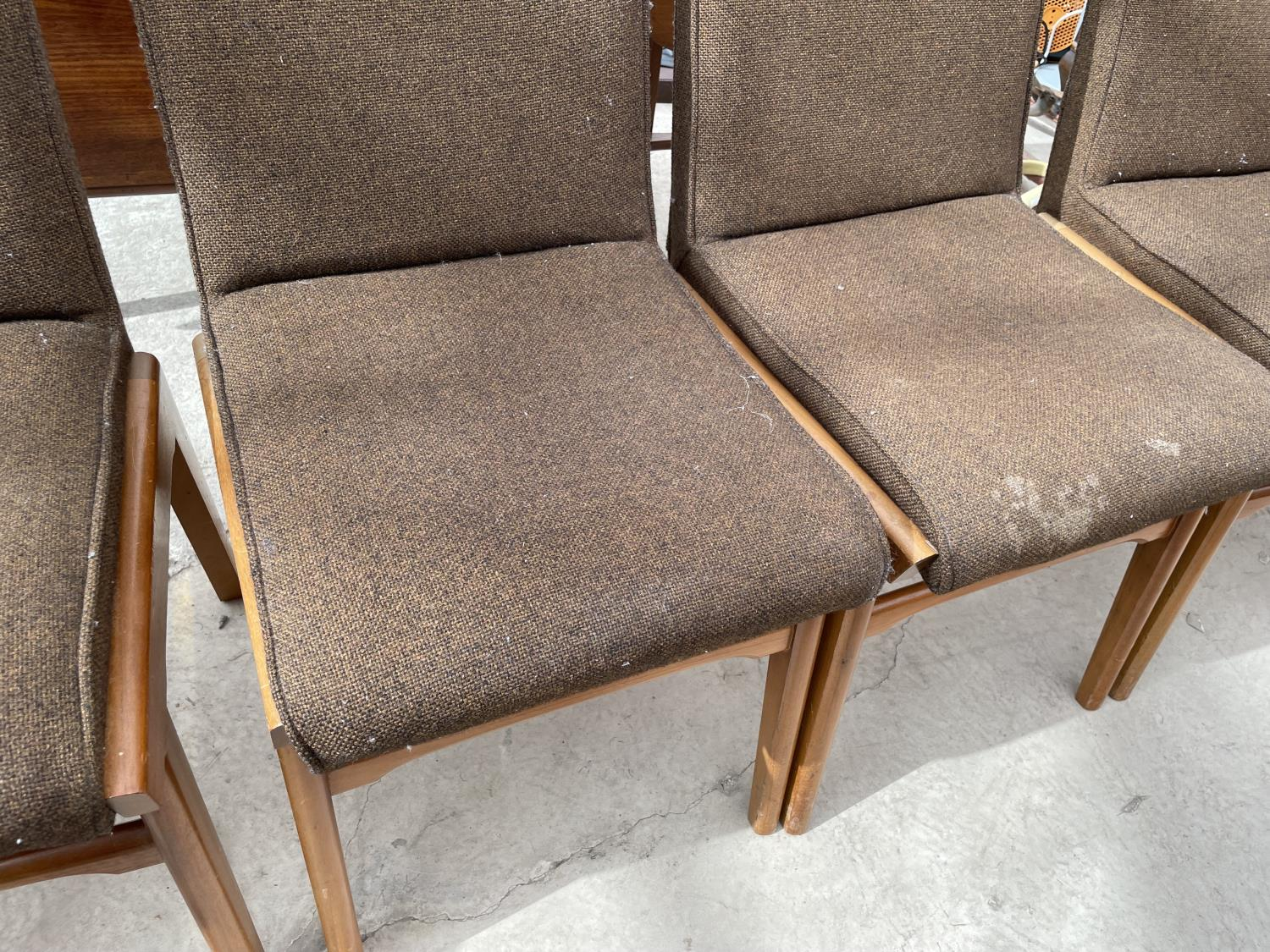A SET OF SIX RETRO DINING CHAIRS WITH UPHOLSTERED BACKS AND SEATS - Image 5 of 8