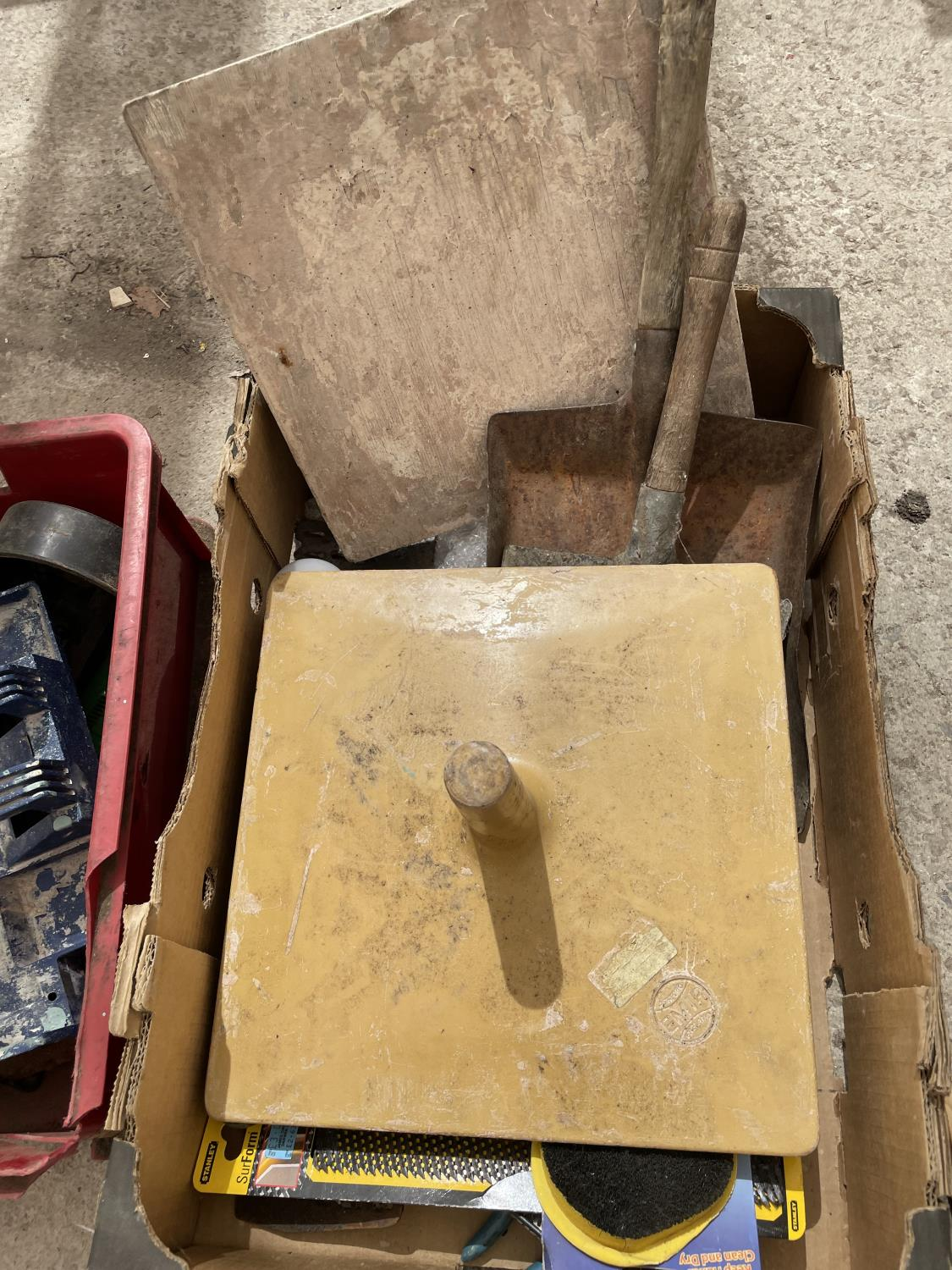 AN ASSORTMENT OF TOOLS TO INCLUDE TROWELS, SHOVELS AND CHISELS ETC - Image 4 of 6