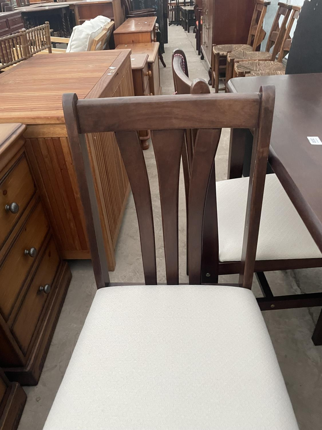 A MODERN DINING TABLE AND FOUR CHAIRS - Image 5 of 5