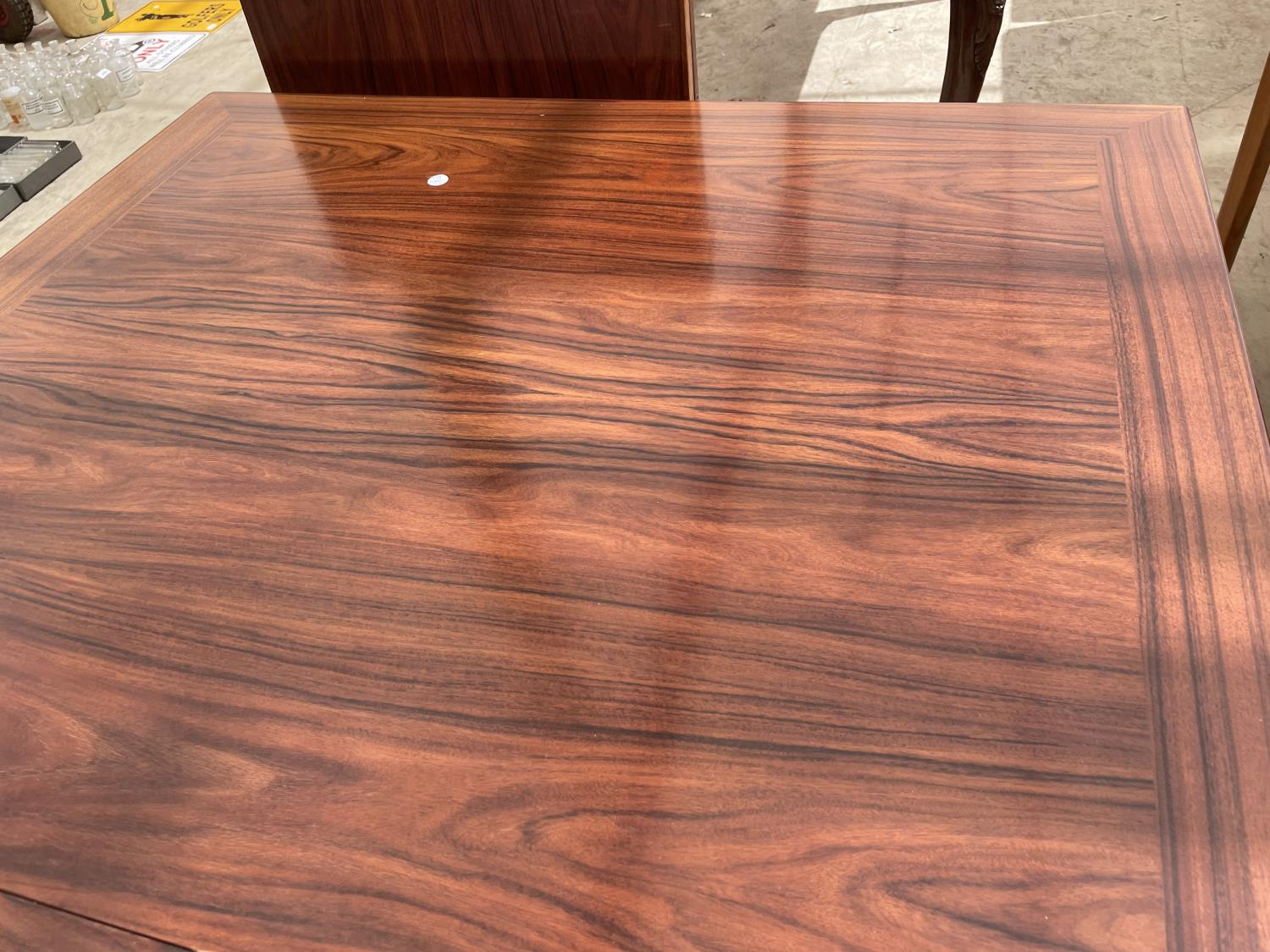 A RETRO EXTENDING HARDWOOD DINING TABLE WITH TWO EXTRA LEAVES - Image 3 of 6
