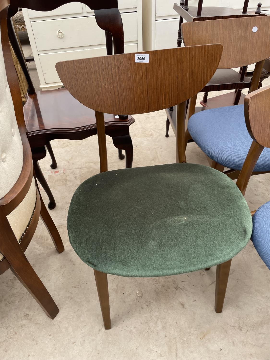 A SET OF FIVE MID 20TH CENTURY STYLE DINING CHAIRS WITH WHALE FIN BACKS - Image 2 of 10