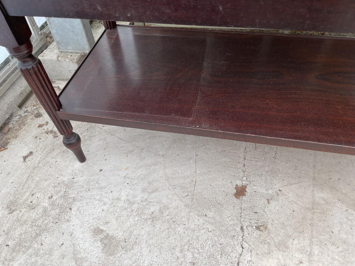 A MODERN MAHOGANY AND INLAID TWO TIER COFFEE TABLE - Image 3 of 3