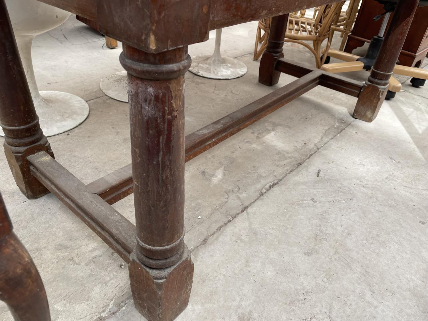 """A GEORGIAN STYLE OAK REFECTORY DINING TABLE ON TURNED TAPERED LEGS, 60X30"""" - Image 3 of 3"""