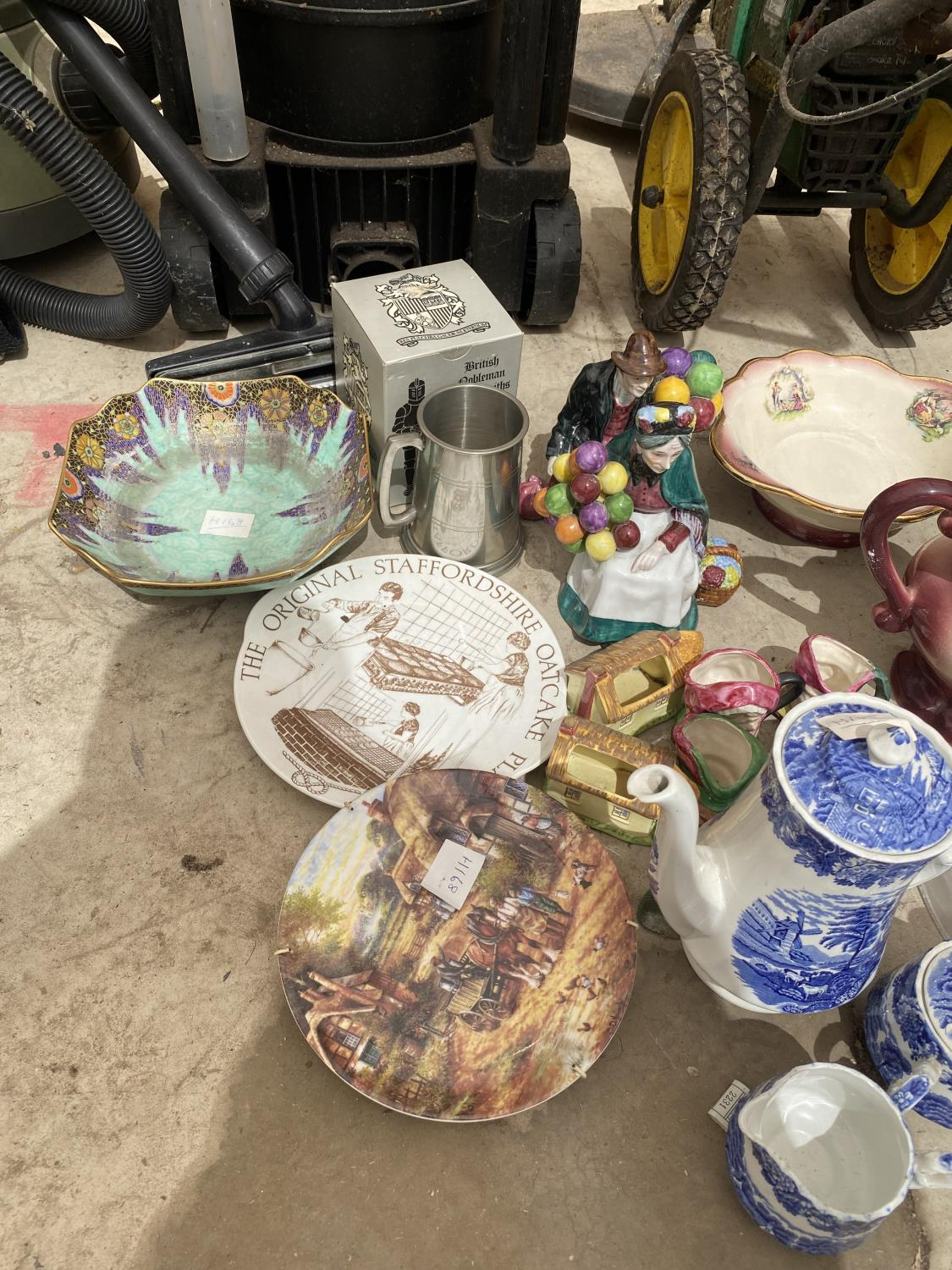 AN ASSORTMENT OF CERAMICS TO INCLUDE BLUE AND WHITE WARE, ANIMAL FIGURES AND JUGS ETC - Image 2 of 5